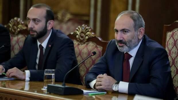 """Пашинян сдался и признал ложь об """"Искандерах"""". Здание правительства берут штурмом"""