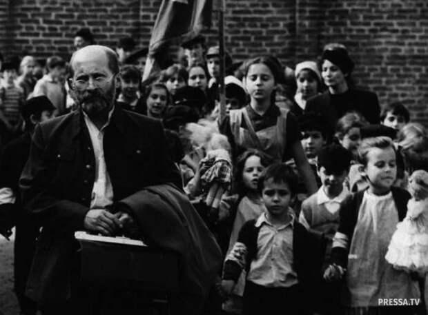 Януш Корчак добровольно остался с детьми и принял смерть в газовой камере