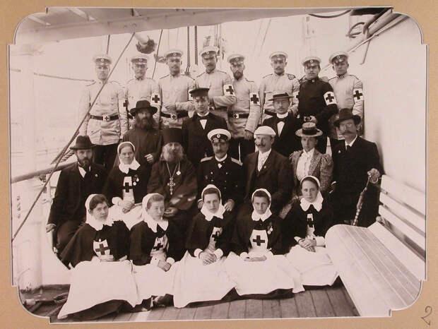 02. Группа медицинского персонала на палубе плавучего госпиталя на пароходе «Царица». Одесса. 1900