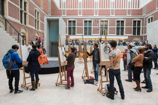 Государственный музей в Амстердаме запретил посетителям фотографировать, предложив им альтернативу