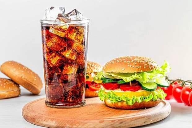 Почему женщинам сложнее отказаться от вредной пищи