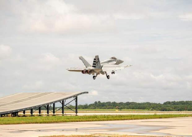 Истребитель Super Hornet впервые взлетел с помощью трамплина