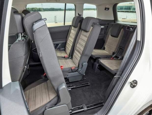 Новый Volkswagen Touran. Проход к третьему ряду весьма широкий, но это не примиряет с теснотой на галерке.