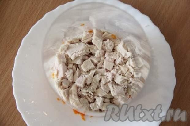 Куриную грудку режем достаточно мелко или разбираем на волокна, выкладываем на морковь, солим, перчим и смазываем майонезом.