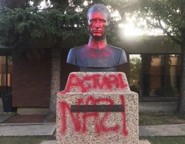 """В Канаде на памятнике Шухевичу написали """"настоящий нацист"""". Фото"""