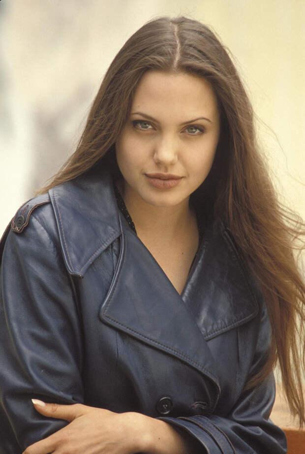 Анджелина Джоли (Angelina Jolie) в фотосессии Мишеля Буркара (Michel Bourquard) (1994), фото 1