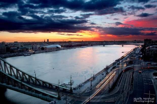 Яркий восход солнца над Будапештом