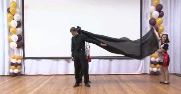 Вот как выглядит выступление Лазарева без дорогих спецэффектов. Выпускники отжигают!