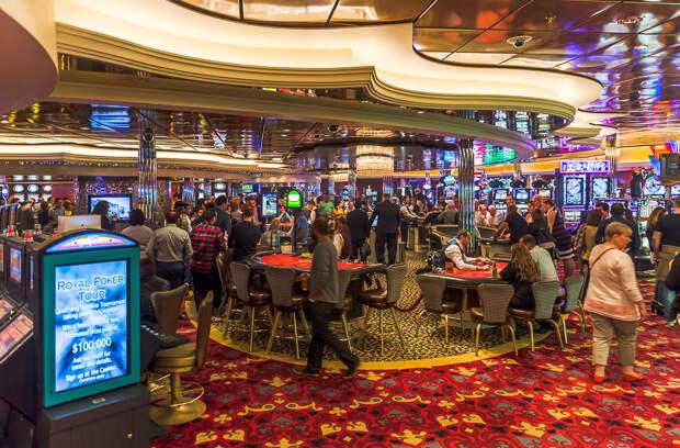Половину четвертого этажа занимает казино. Многие ездят в круизы именно ради казино - в море не действую законы тех или иных стран, и можно спокойно проиграться в пух и прах: еда, лайнер, море