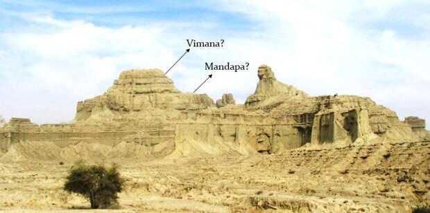 Белуджистанский Сфинкс лежит перед храмовой структурой