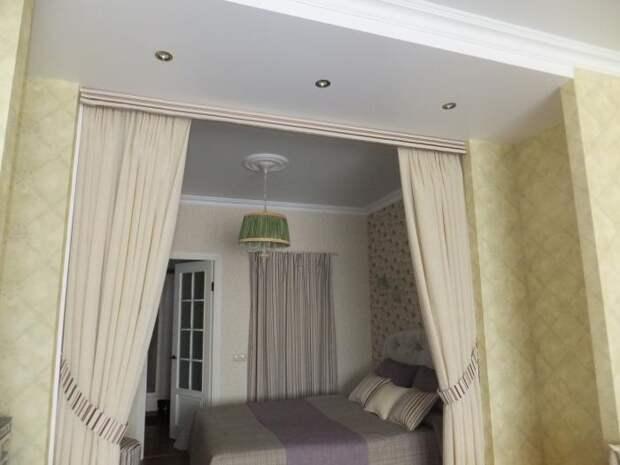 Интерьер спальни в светлых тонах, кровать за пологом