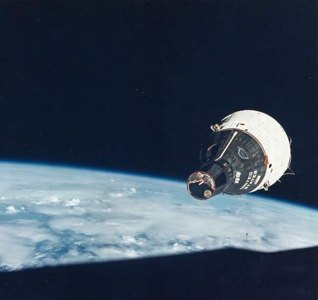 1965, декабрь.  Однако, после взрыва Аджены при запуске, был разработан альтернативный план: сближение с пилотируемым Джемини-7