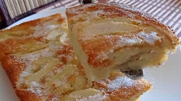 Смешайте в блендере, вылейте в форму и получите нежный йогуртовый пирог с яблоком