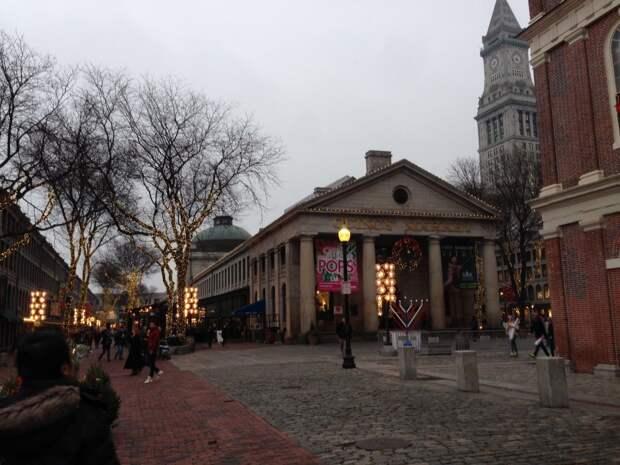 3 место. Faneuil Hall Marketplace в Бостоне — это оживлённый рынок, где можно купить самые разные товары со всего мира. Ежегодно его посещают около 18 миллионов человек.