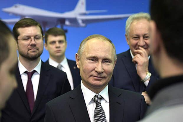 Генеральный директор концерна «Туполев» Александр Конюхов (слева) пообещал Владимиру Путину, что уже до конца года в Казани представят первый глубоко модернизированный стратегический ракетоносец Ту-160