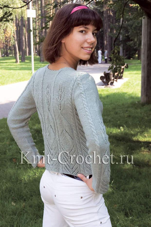 Женский пуловер с ажурами и косами размера 44-46, связанный на спицах (вид сзади).