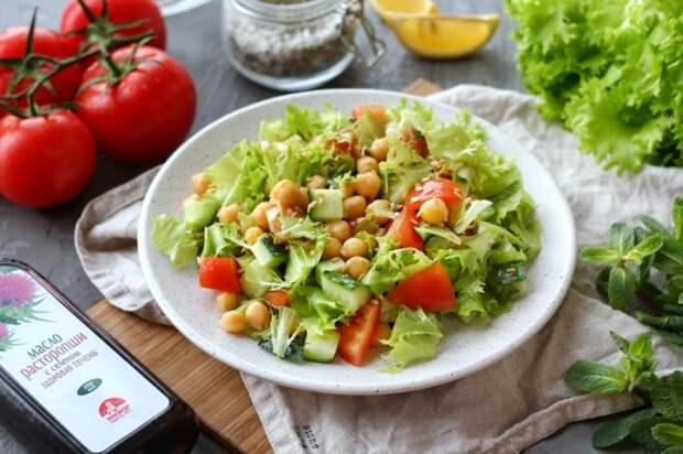 Салат из нута с огурцом и овощами. \ Фото: yandex.ua.