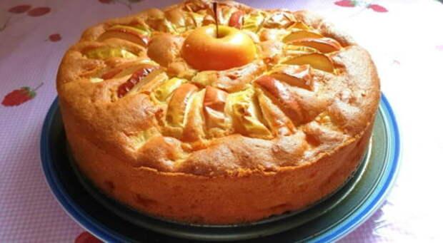 Прекрасный фруктовый пирог за 15 минут: нежный и воздушный