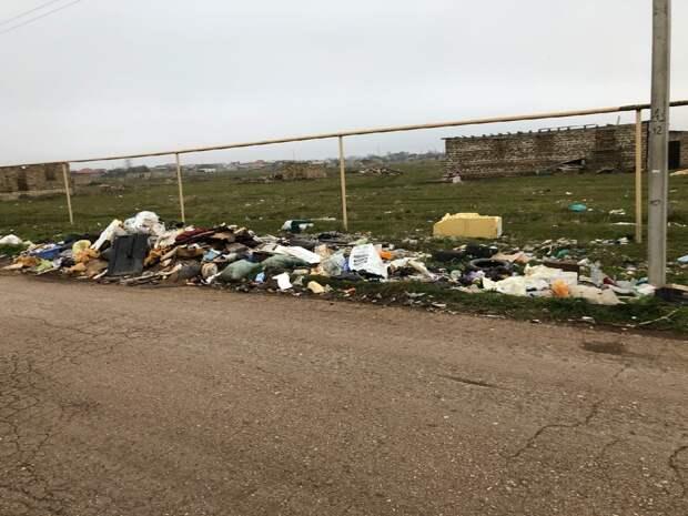 Один из микрорайонов Евпатории утопает в мусоре