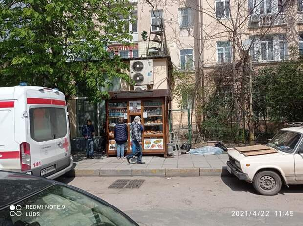 Цветы никто не отбирал: В соцсетях распространяют фейк о смерти старушки на улице Ялты