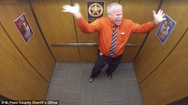Пожилой заместитель шерифа в последний день перед пенсией устроил зажигательные танцы в лифте