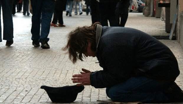 """Мальчик держал в руках табличку со словами: """"Я слепой, пожалуйста, помогите!"""" Тут к нему подошел мужчина и сменил надпись"""