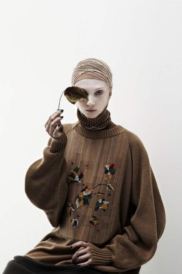 Вышитый (?) деревянный (?) свитер