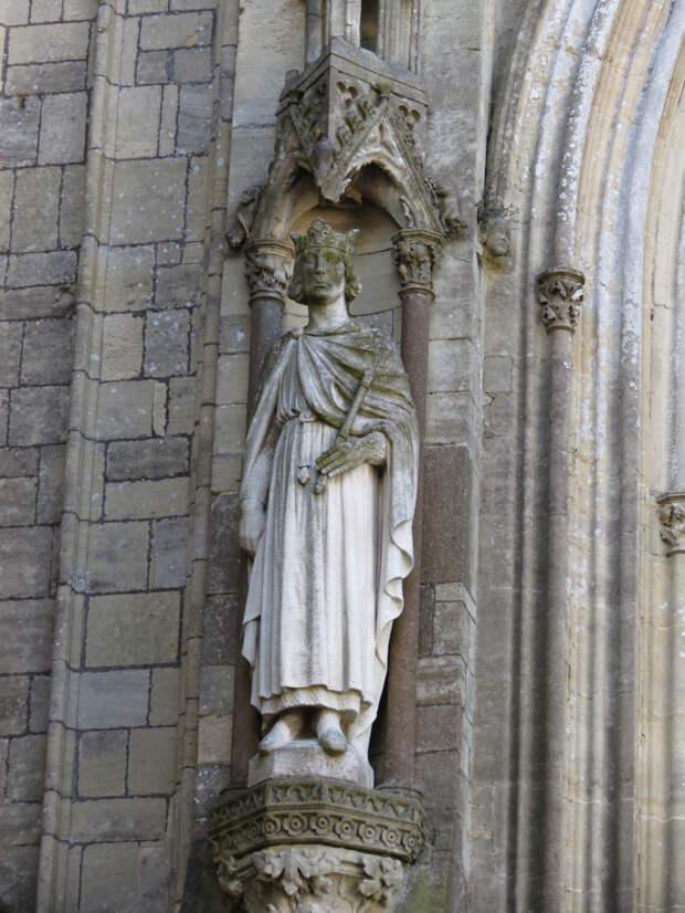 Рожер Сицилийский, статуя кафедерального собора в Кутансе.