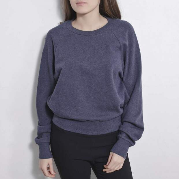 Синий трикотажный свитшот с открытой спиной. В одежде Ashish часто присутствуют неожиданные элементы и эпатаж.