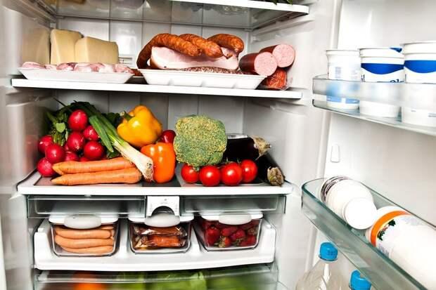 Производители холодильников иногда рекомендуют хранить на дверце – в специальной закрытой полочке – сыры и сливочное масло. Однако помните, что это никак не соответствует реальным условиям хранения этих продуктов