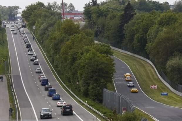 Слева – шоссе, ведущее к автодрому, справа – гоночное полотно Нордшляйфе.