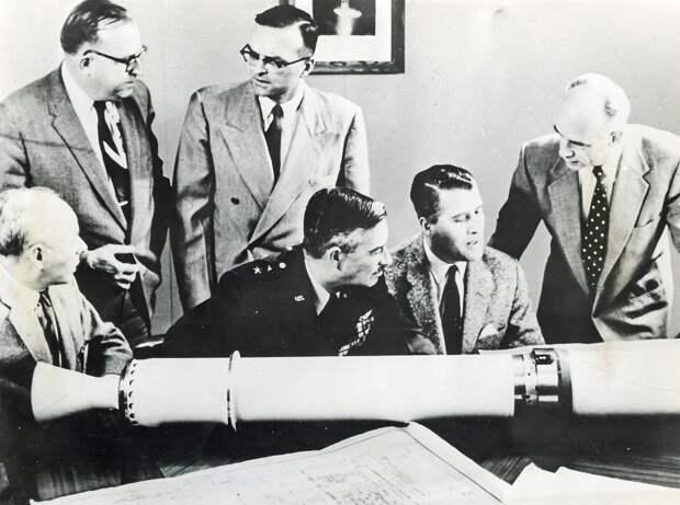 11. 1958, февраль. Научная группа Вернер фон Браун празднует успех «Эксплорер-1» и открытие радиационных поясов вокруг Земли названных поясами ван Аллена.