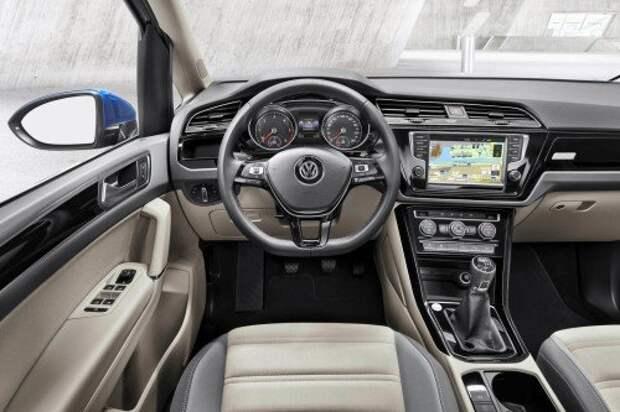 Новый Volkswagen Touran. Салон выполнен по мотивам гольфовского, но благодаря некоторым нюансам смотрится интереснее.