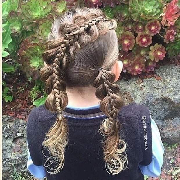 Мама каждый день заплетает дочке невероятные косы перед школой