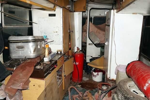 Первый осмотр. Машина захламлена и загажена — зато на месте оригинальная газовая плитка (слева) и термоконтейнер (на плитке). Холодильник неоригинальный — заменён на другой советский при жизни. ЛАЗ, ЛАЗ-4969, авто, автобус, кухня, олдтаймер, ретро техника, фудтрак