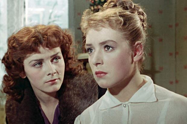 Маргарита Кошелева и Лидия Федосеева в кинофильме «Сверстницы». 1959 г.