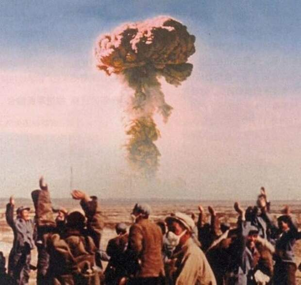 Китайцы на испытании своей первой атомной бомбы, 1964 год.