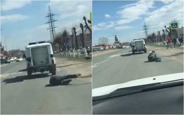 Самый легкий побег: задержанный вывалился из полицейского УАЗа