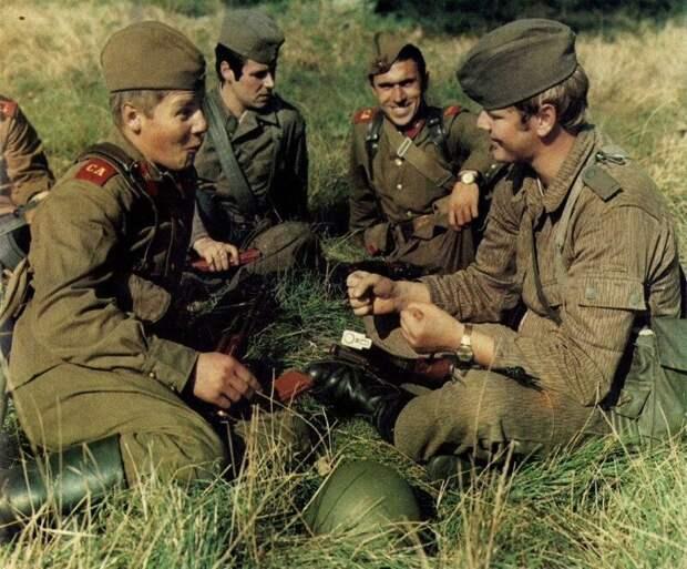 Советские солдаты и солдаты ГДР общаются на привале. 1980-е история, ретро, фото, это интересно