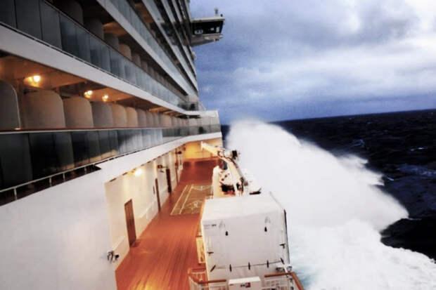 Нас заливает! Видео ураганного циклона-бомбы от пассажиров лайнера