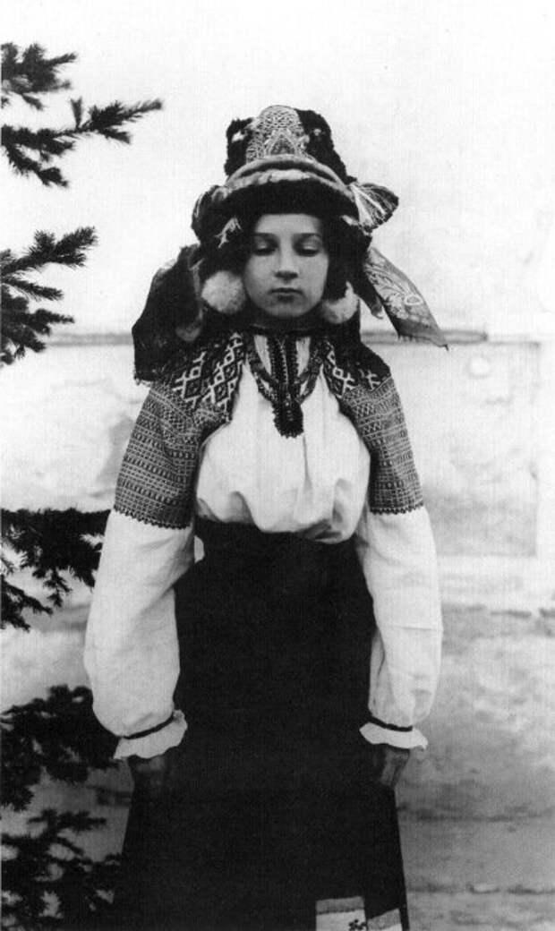 Девушка в праздничном костюме. Калужская область, начало XXв.