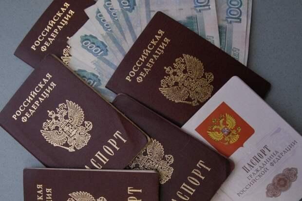 Для обмана граждан сегодня мошенники подделывают от их имени расписки в получении денег, цифры их паспорта и место прописки людей, которых обманывают. Фото: Марина Волосевич