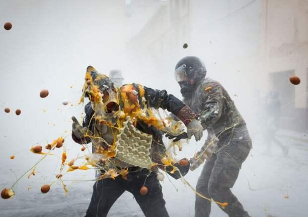 Рецепт «военного переворота» по-испански: тонны муки, гора яиц ибезудержное веселье