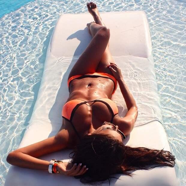 15 красивых девушек у бассейна