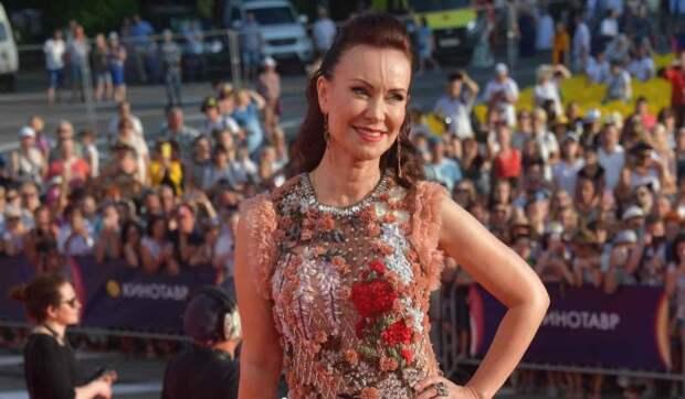 Гришаева приподняла платье и показала чулки: Сногсшибательная!
