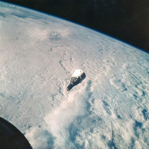 1965, декабрь. Космические аппараты Джемини-7 и Джемини-6A совершают маневры над Землей.