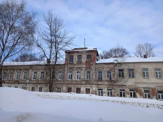 Тутаев - город, разделенный рекой пополам. Старинные улицы и церкви по берегам.