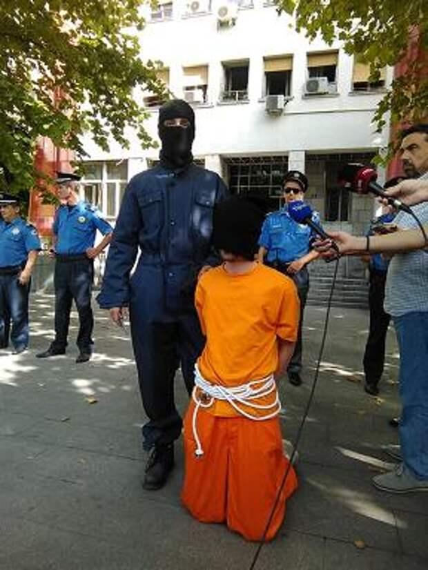 В столице Черногории прошел антинатовский перфоманс