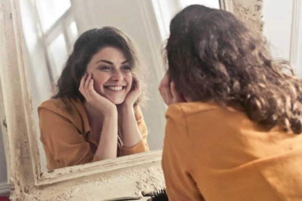 Созерцание собственного лица в зеркале вызывает чувство удовольствия