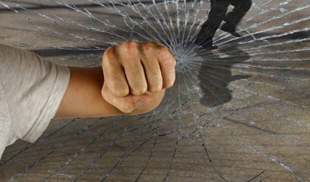 Подростки в Петрозаводске разломали стеклопакет в жилом доме